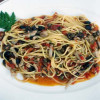 Spaghetti al tonno fresco con olive e capperi.